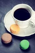 Kubek czarnej kawy z macaroons — Zdjęcie stockowe