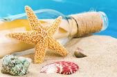 Fles met bericht en schelpen. vakantie concept — Stockfoto