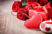 Rosas vermelhas e presente do Valentin — Fotografia Stock