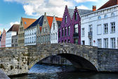 Medieval bridge over canal in Bruges — Photo