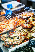 Fresh crabs and prawns at fish market — Stock Photo