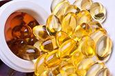 Barevné vitaminu gel kapsle izolované whiteback terénu — Stock fotografie
