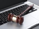 Dřevěná palička na laptop — Stock fotografie
