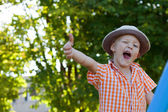 A little boy on the nature of the class and show a gesture — Foto Stock