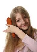 かわいい女の子が彼女の髪をとかす — ストック写真
