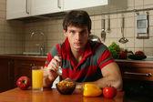 Sexy jongeman zijn ontbijt eten — Stockfoto