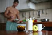 сексуальный мужчина на кухне — Стоковое фото