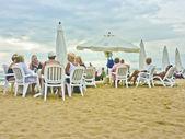 группа пожилых людей на пляже — Стоковое фото