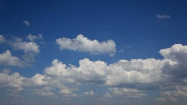 Cloudscape Time Lapse. Blue sky and rolling white clouds. — Stock Video