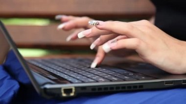Woman typing on laptop keyboard — Stock Video
