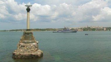 Monument to flooded ships in Sevastopol Bay. — Stock Video