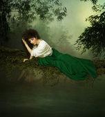 Chica joven mirando el agua — Foto de Stock