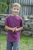 幸せそうに笑ってスポーティな美少年 — ストック写真
