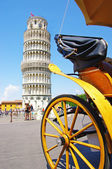 Tour de pise avec cheval carridge en face de — Photo