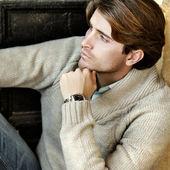 Stilig kille väntar på — Stockfoto