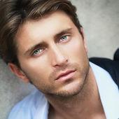 Etkileyici yeşil gözlü genç adam portresi — Stok fotoğraf