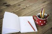 Kırmızı kupası vintage boya kalemi — Stok fotoğraf