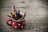 Lápis de cor vintage na taça vermelha — Foto Stock