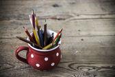 Matite colorate d'epoca nella tazza rossa — Foto Stock