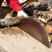 Man working with circular saw blade — Foto Stock
