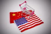 Carrinho de compras com a bandeira do eua e china — Fotografia Stock