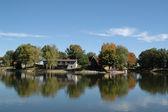 湖のほとりの家のビュー — ストック写真