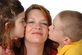 Dochter en zoon zoenen moeder — Stockfoto