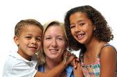 Porträtt av biracial familj — Stockfoto