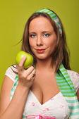 Mujer joven con manzana verde — Foto de Stock