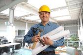Człowiek gospodarstwa plany i narzędzia — Zdjęcie stockowe