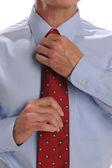 Biznesmen ustalania jego krawat — Zdjęcie stockowe