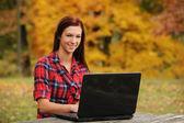Mladá žena s přenosným počítačem — Stock fotografie
