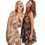 iki genç kadın gülüyor — Stok fotoğraf