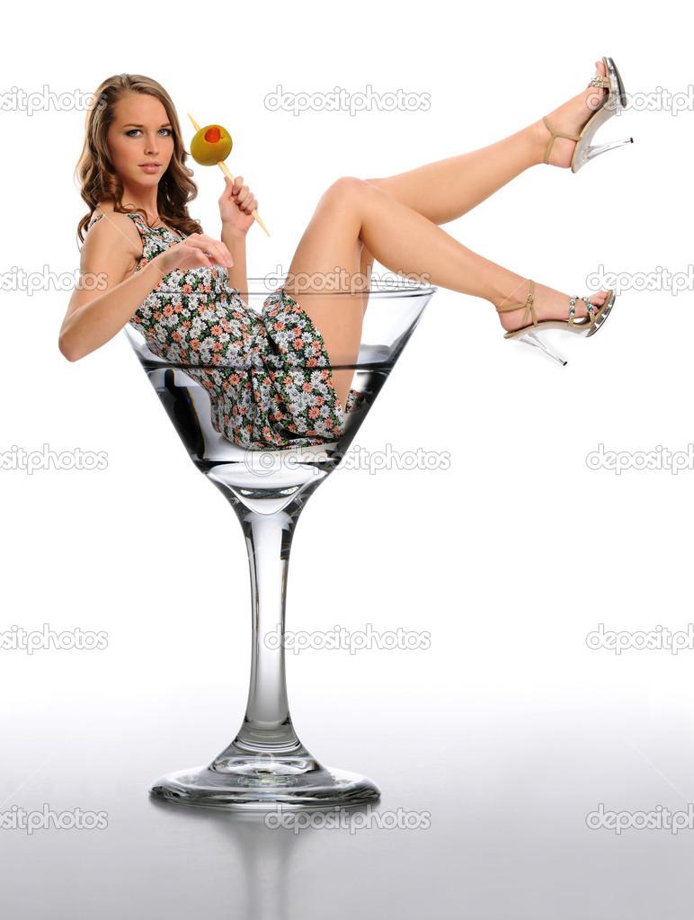 Agua vierte en un vaso de martini Fotos de Stock