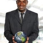 年轻的非洲裔美国商人持有地球 — 图库照片