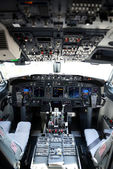 Airplane cockpit of a 737-800 — Stock Photo
