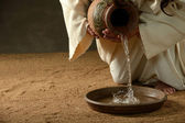 Jesus pouring water — 图库照片