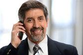 Starsze biznesmen na telefon komórkowy — Zdjęcie stockowe