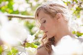 Piękna wiosna dziewczyna z kwiatami — Zdjęcie stockowe