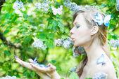 красивая весна девушка с цветами — Стоковое фото