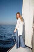 Vrouw verblijft op zeilboot — Stockfoto