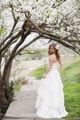 Beautiful bride in spring blossom — Stock fotografie