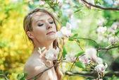 美丽的春天与鲜花的女孩 — 图库照片