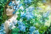 Vackra våren flicka med blommor — Stockfoto