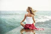Genç kadın meditasyon plaj — Stok fotoğraf