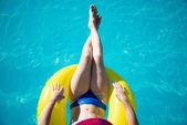 Junge frau, die einen swimmingpool genießen — Stockfoto