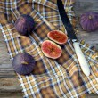Cuted figs with a knife and tablecloth — Stock fotografie