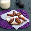 Biscuits with plums — 图库照片