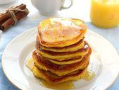 Pila de panqueques con miel — Foto de Stock