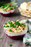 Salade de betteraves rouges, mayonnaise et fromage — Photo